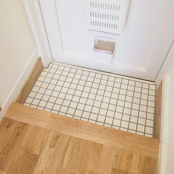 玄関は陶器製の白タイル敷きで、無垢との相性バツグン