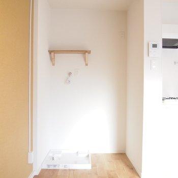 キッチン横に冷蔵庫置場と洗濯機置場。ポールがあるので目隠し用にカーテンなども設置可能