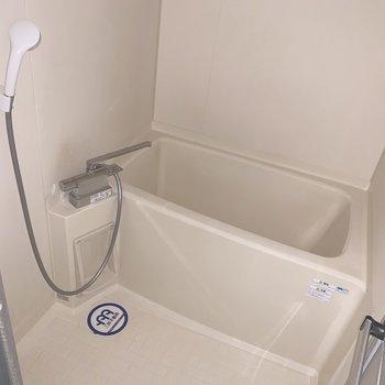 お風呂はコンパクト(※写真のお部屋は通電前、フラッシュ撮影のものです)
