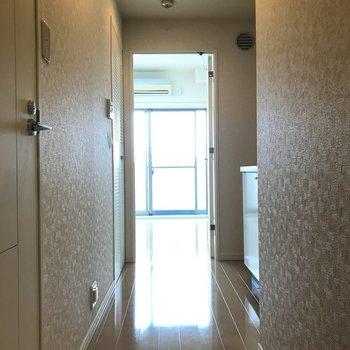 玄関からの眺め。右側がキッチン、左側がサニタリーです。※写真は10階の同間取り別部屋のものです