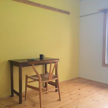 こっちの部屋はからし色の壁〜♡※家具は見本です