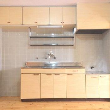 キッチンの横に冷蔵庫ストン