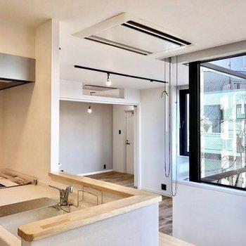 対面キッチンからの眺めも良し!※写真は反転で似た間取りの404号室のものです