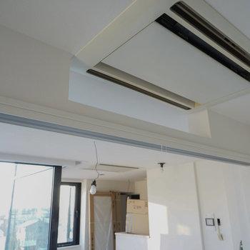 エアコンは天井埋め込みを2台!※写真は反転で似た間取りの404号室のものです