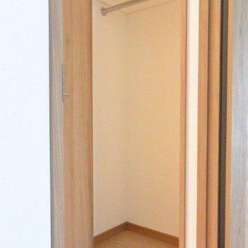 収納もしっかり!ハンガーをそのままかけられるのは素敵。※写真は2階の同間取り別部屋のものです。