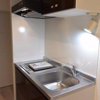 コンパクトながら機能的なキッチン※写真は2階の同間取り別部屋のものです。