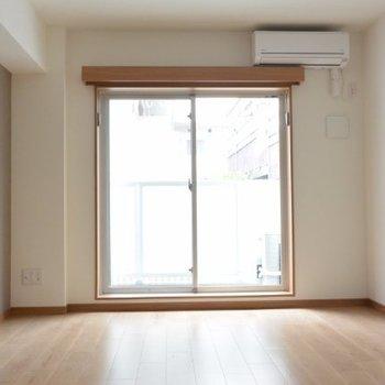 アクセントクロスがおしゃれな室内※写真は2階の同間取り別部屋のものです。