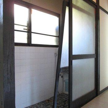 こちらはお風呂への扉。