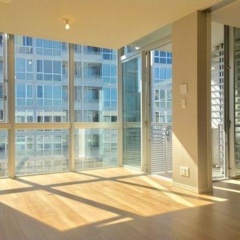 窓、というかガラスの壁!圧巻・・・!!※写真は6階の同間取り別部屋のものです