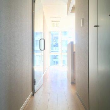 奥にはLDK、手前の扉は・・・※写真は6階の同間取り別部屋のものです