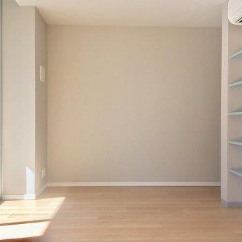 リビングのお隣に約5帖の洋室※写真は6階の同間取り別部屋のものです