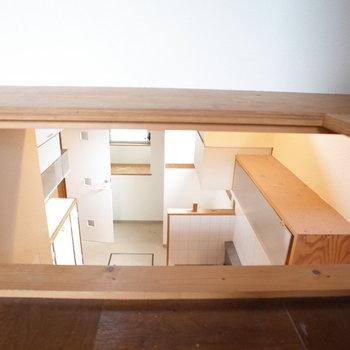 お!この棚から覗けた!キッチン見えた!※写真は1階の同間取り別部屋、清掃前のものです