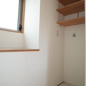 洗濯機置き場の上にも棚ありけり※写真は1階の同間取り別部屋、清掃前のものです