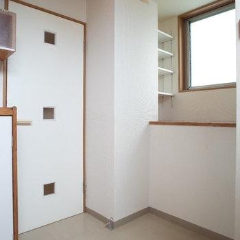 ちょこちょこ収納棚あるのも嬉しいなあ※写真は1階の同間取り別部屋、清掃前のものです