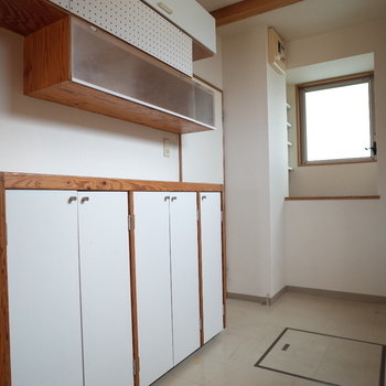 白と木の収納棚もスキ※写真は1階の同間取り別部屋、清掃前のものです