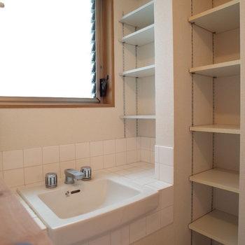 洗面台の大きな窓があるのもいい~※写真は1階の同間取り別部屋、清掃前のものです