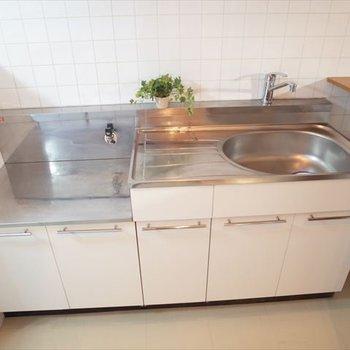 キッチンはコンパクト。※写真は1階の同間取り別部屋、清掃前のものです