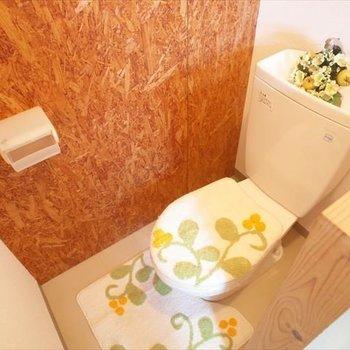 トイレもこのクロス・・安心感※写真は1階の同間取り別部屋、清掃前のものです