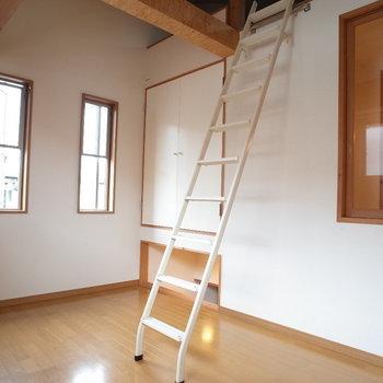ロフト付きのお部屋も明るいぜ~※写真は1階の同間取り別部屋、清掃前のものです