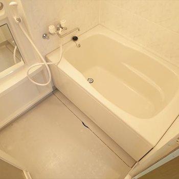 お風呂もちょうどいいサイズでしょ♪※写真は1階の同間取り別部屋、清掃前のものです
