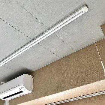 天井までコンクリ。そして物干し竿完備!