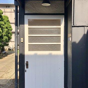 白い玄関ドアがワンポイント!