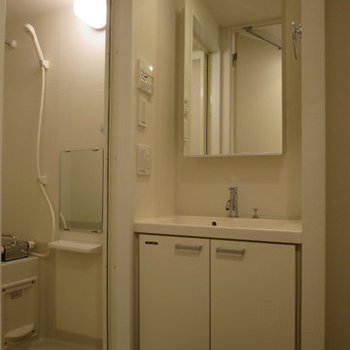 独立洗面所は収納があり良いです※写真は14階の同間取りの別部屋です。