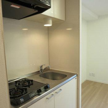 キッチンには2つガスコンロがあります。※写真は14階の同間取りの別部屋です。