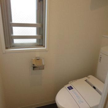 トイレに小窓があって良いです※写真は14階の同間取りの別部屋です。