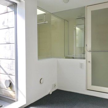 スケスケのお風呂。カーテンで隠せますよ◎※写真は通電前のものです