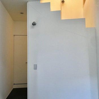 階段下は…※写真は通電前のものです