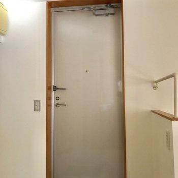 玄関は階段横◎良い導線ですね。※写真は通電前のものです