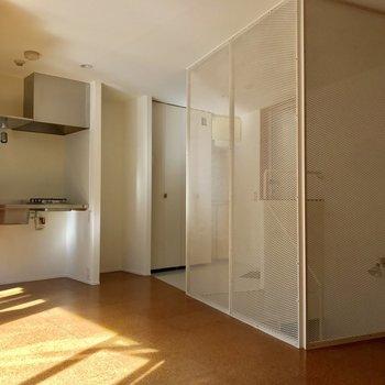 キッチン横には大きめ冷蔵庫も置けそう。※写真は通電前のものです