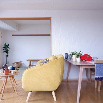 【LDK】ダイニングテーブルの他、ソファと小さなテーブルも置ける広さです