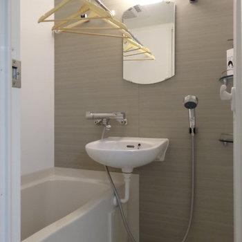 浴室は2点ユニット。こちらも木目のクロスがいい感じ※写真は5階の同間取り別部屋のものです