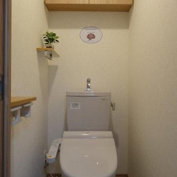 トイレには棚や上部収納がありました※写真は5階の同間取り別部屋のものです