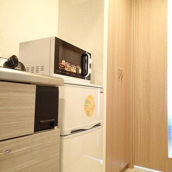 冷蔵庫スペースの奥には小さいながら収納があります※写真は5階の同間取り別部屋のものです