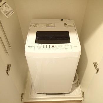 洗濯機置場は玄関入ってすぐのところにあります※写真は5階の同間取り別部屋のものです