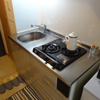 調理スペースは狭めですが、2口のガスコンロは嬉しい※写真は5階の同間取り別部屋のものです