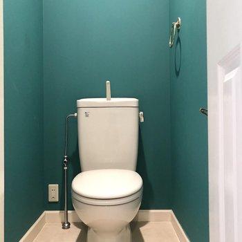 シンプルなトイレだけどクロスが素敵。(※写真は清掃前のものです)