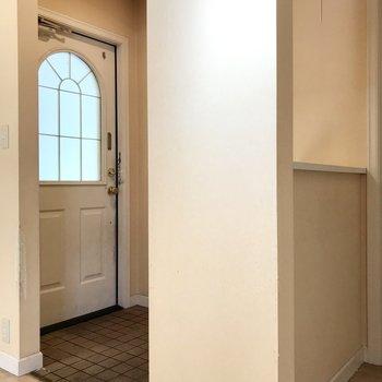 玄関もお部屋の雰囲気にぴったりですね。(※写真は清掃前のものです)