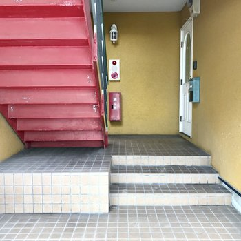 階段で2階まで。赤い階段はレットカーペットかな?笑