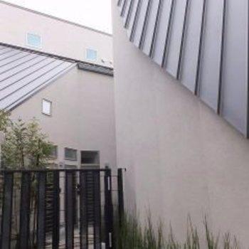 外観はモノトーンで屋根が特徴的です。※写真は前回募集時のものです