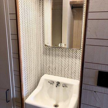 洗面台は廊下にありました。鏡もビンテージかな?!