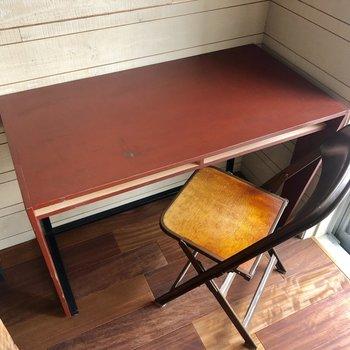 机と椅子も味があって素敵です。