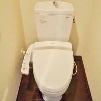 トイレは完全に個別です。※写真は同間取り別部屋のものです。