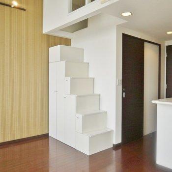 この階段でロフトへいけます。※写真は同間取り別部屋のものです。
