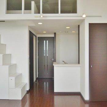 ギザギザ階段が気になる。※写真は同間取り別部屋のものです。