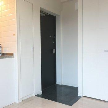 玄関とドアは同じ色で。