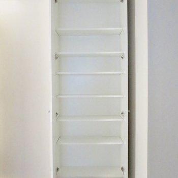 【納戸】収納は棚のタイプなので、小物も入れやすい※写真は前回募集時のものです。